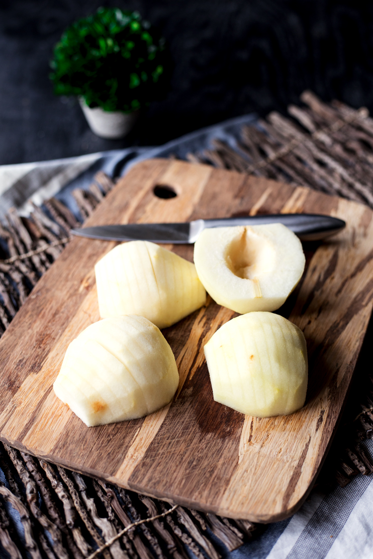 Move over apples, you've been replaced by amazing and in-season pears for this super scrumptious and easy Hasselback pears recipe! Hello fall, hello dessert!